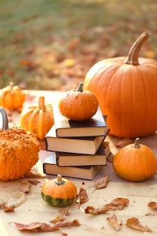 Jesienne książki. książki na halloween. stos książek i dynie