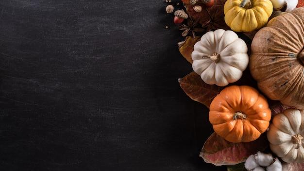 Jesienne liście klonu dynia na święto dziękczynienia.