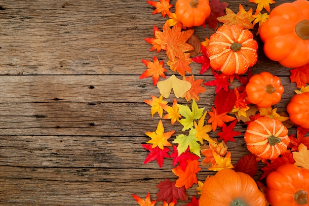 Jesienne liście na drewniane tła
