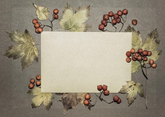 Jesienne liście na papierze z teksturą