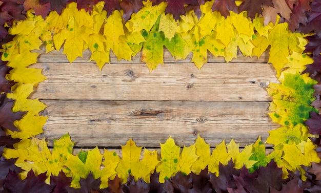 Jesienne liście na tle drewniany stół frame of autumn.