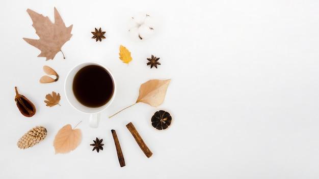 Jesienne liście płasko leżały z kawą