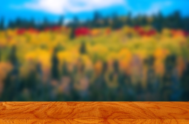 Jesienne liście tło z twardym drewnianym stołem produktowym