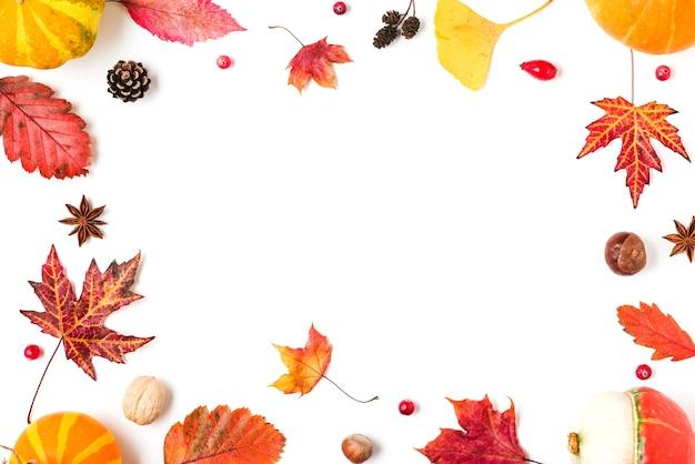 Jesienne liście z orzechami na białym tle