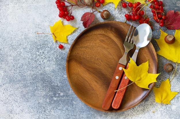 Jesienne nakrycie stołu święto dziękczynienia lub jesienne nakrycie stołu z rustykalnymi sztućcami widok z góry