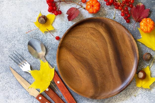 Jesienne nakrycie stołu święto dziękczynienia lub jesienne nakrycie stołu ze sztućcami