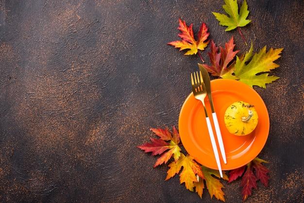 Jesienne nakrycie stołu z liśćmi
