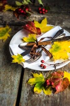 Jesienne nakrycie stołu z żółtymi liśćmi