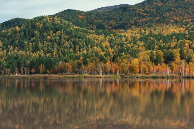 Jesienne odbicia jeziora manjerokskoe, republika ałtaju, rosja