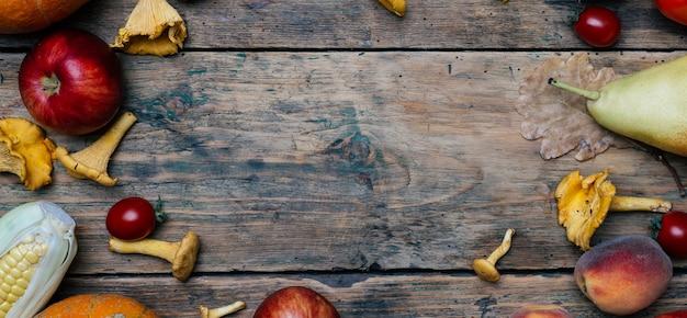Jesienne sezonowe warzywa i owoce: dynia, gruszka, jabłka, kukurydza, kurki