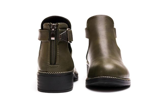 Jesienne skórzane buty damskie na białym tle