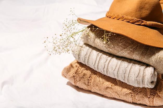 Jesienne swetry stos jesienna koncepcja