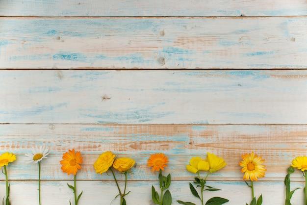 Jesienne tło upadek kwiatów leżał płasko. jesienna koncepcja czasu z pustą przestrzenią na tekst