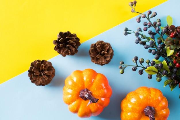 Jesienne tło z szyszkami dynie i jesienne jagody kopiują przestrzeń
