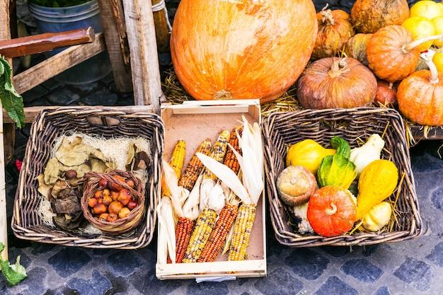Jesienne zbiory. rynek martwa natura. warzywa w rustykalnych koszach