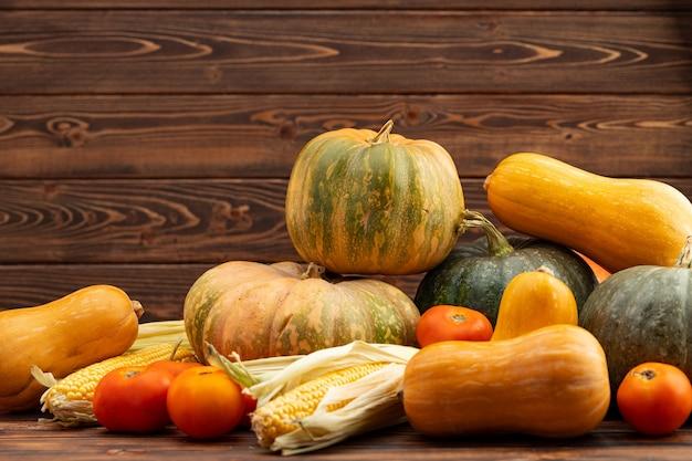 Jesienne zbiory tła dyni i innych warzyw
