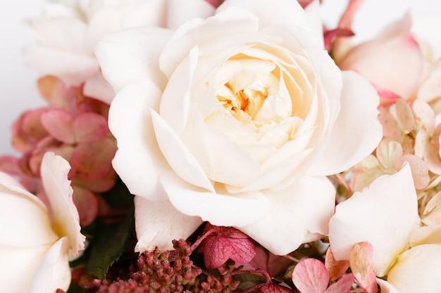 Jesienny bukiet kwiatów w kolorach czerwonym, bordowym. róże, hortensja. kompozycja kwiatowa na białym tle.