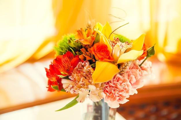 Jesienny bukiet kwiatów zdobi świąteczny stół w restauracji.