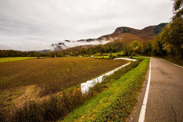 Jesienny deszczowy dzień w la garrotxa, hiszpania.
