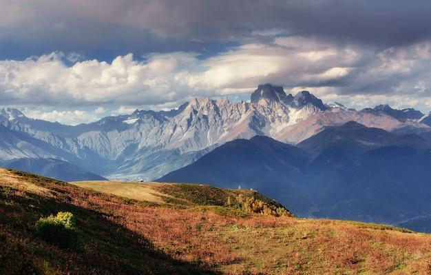 Jesienny krajobraz i ośnieżone szczyty górskie. widok na mou