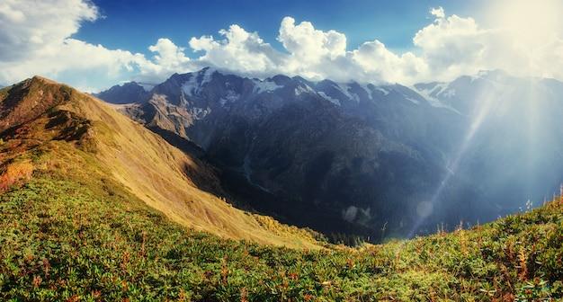 Jesienny krajobraz i ośnieżone szczyty górskie.