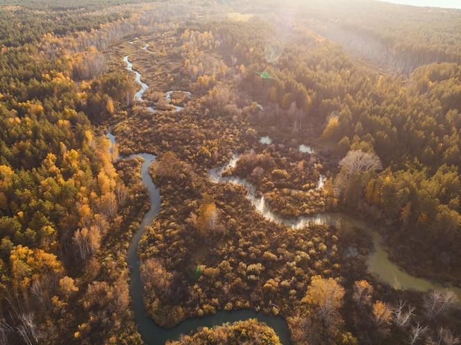 Jesienny krajobraz powietrzny z rzeką