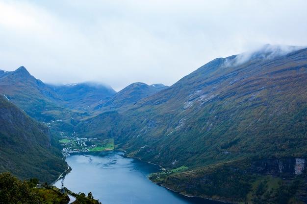 Jesienny krajobraz w geiranger na południu norwegii. europa.