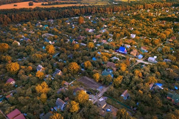 Jesienny krajobraz w miasteczku domków