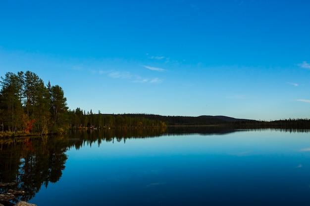 Jesienny krajobraz w muonio, laponia, północna finlandia