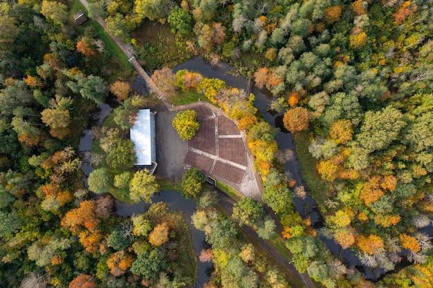 Jesienny krajobraz, widok ze szczytu parku miejskiego z pustą sceną plenerową, dobele, łotwa