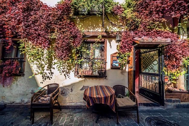 Jesienny nastrój fasada starego budynku w dzielnicy antalya kaleichi vintage ciepła fasada z zielenią...