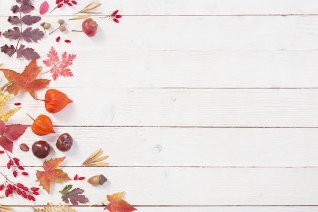 Jesienny naturalny drewniany tło z jesieni dekoracją