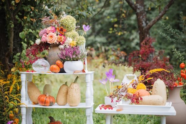 Jesienny naturalny wystrój z dyniami w ogrodzie