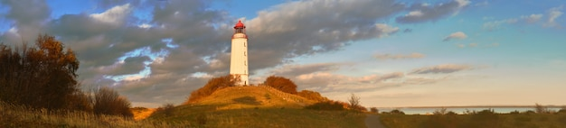 Jesienny panoramiczny obraz wyspy hiddensee na morzu bałtyckim z białą latarnią morską dornbusch