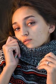 Jesienny portret dziewczyny w etnicznym swetrze