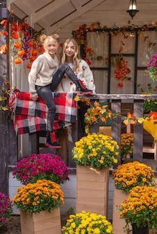 Jesienny portret pięknej dużej przyjaznej rodziny na halloween w pobliżu domu