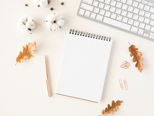 Jesienny pulpit z komputerem i notatnikiem do zrobienia