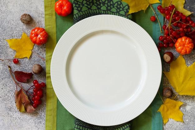 Jesienny stół rustykalny święto dziękczynienia lub jesienne ustawienie stołu do zbiorów na stole z kamienia lub łupka
