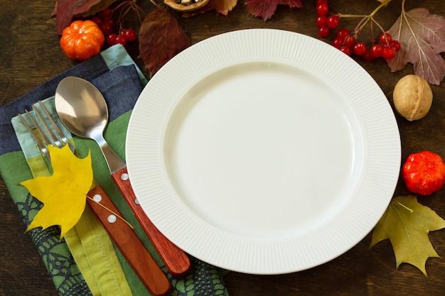 Jesienny stół rustykalny święto dziękczynienia lub jesienne ustawienie stołu żniwnego