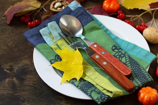 Jesienny stół rustykalny święto dziękczynienia lub jesienny stół do zbiorów z rustykalnym srebrem