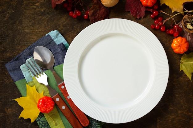 Jesienny stół rustykalny święto dziękczynienia lub jesienny stół do zbiorów z rustykalnym srebrnym widokiem z góry