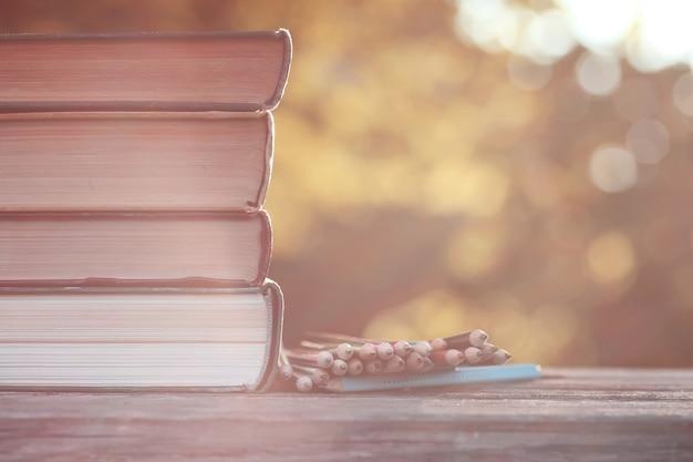 Jesienny stos książek drewniany na zewnątrz