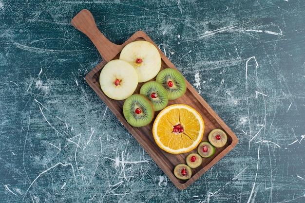 Jesienny Talerz Owoców Na Białym Tle Na Niebieskiej Powierzchni. Darmowe Zdjęcia