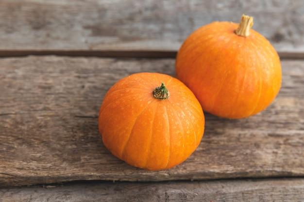 Jesienny tło. naturalne jesień widok dynie na drewniane tła. inspirująca tapeta z października lub września. zmiana pór roku koncepcja dojrzałej żywności ekologicznej, halloween party święto dziękczynienia