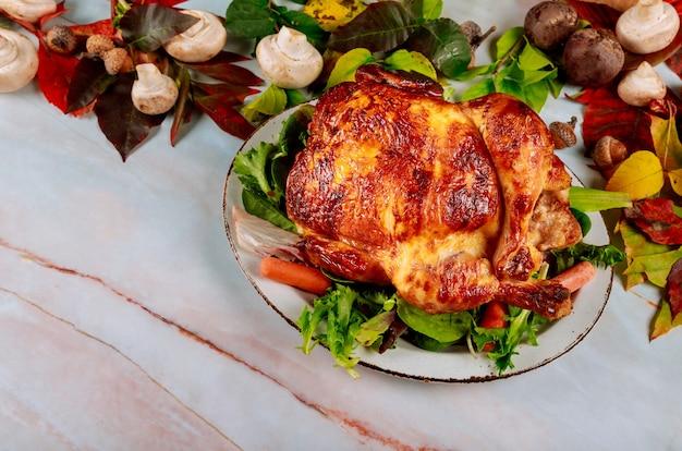 Jesienny tradycyjnie udekorowany stół z tradycyjną kolacją dziękczynną w pieczonym kurczaku z dożynkami