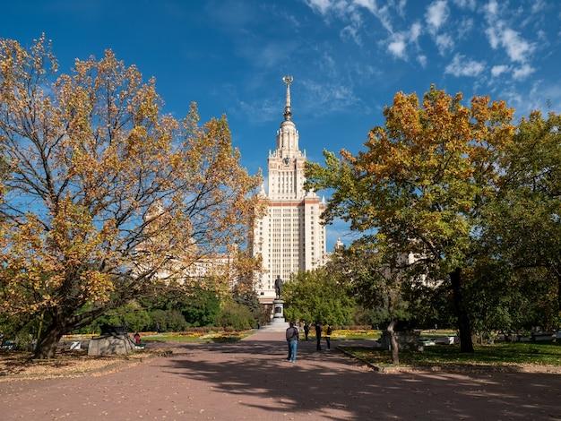 Jesienny widok na uniwersytet łomonosowa, budynek i zwiedzanie moskwy