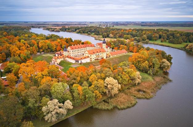 Jesienny widok z lotu ptaka średniowiecznego zamku w nieświeżu