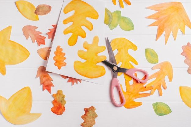 Jesienny wieniec z papieru krok po kroku. krok 2: ostrożnie wytnij każdy liść nożyczkami, widok z góry