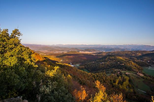 Jesienny wschód słońca na szczycie góry w la garrotxa, hiszpania.