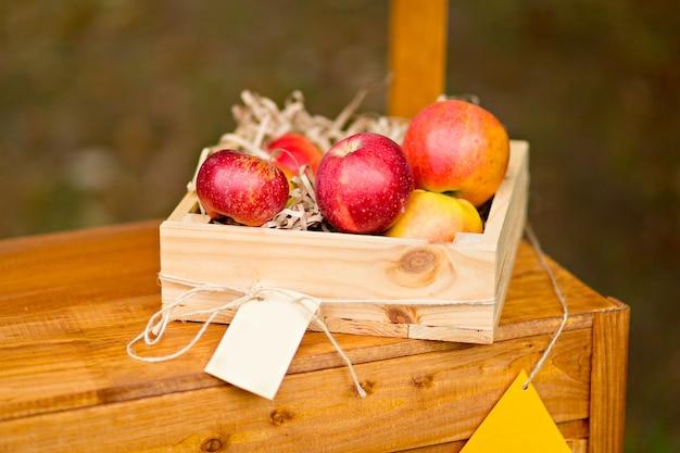 Jesienny wystrój. dynie, jagody i liście na zewnątrz